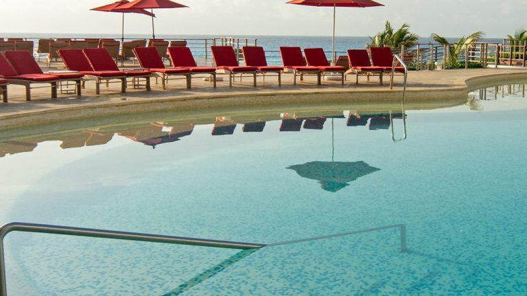 Share Cancun - Hoteles - Sunset Royal Beach Resort | Alberca Camastros